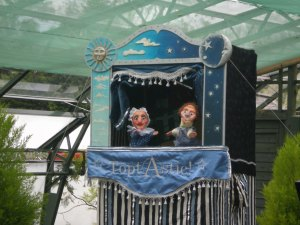 The gardener's puppet booth